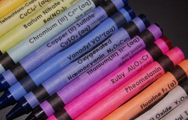 Queinteresante_chemistry_crayons_set_6-sixhundred