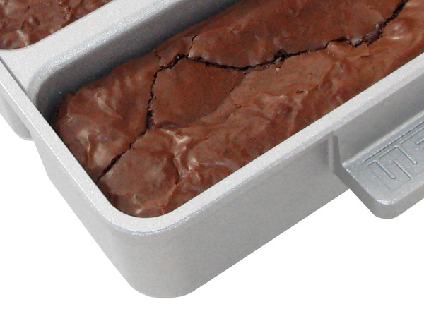 Bakers_edge_brownie_pan_corner_with_brownies-sixhundred