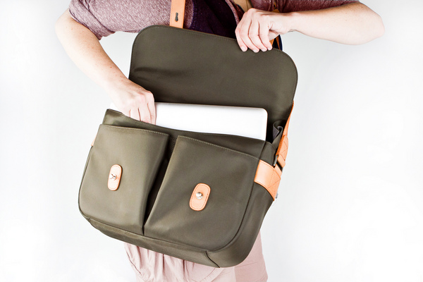 Classic_leather_camera_satchel_removing_a_laptop-sixhundred