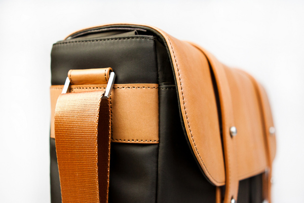 Classic_leather_camera_satchel_side_view-sixhundred
