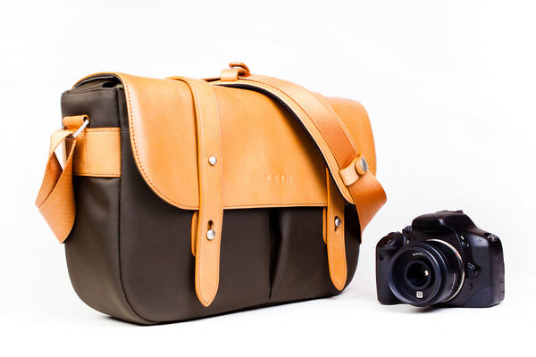 Classic_leather_camera_satchel_with_camera-sixhundred