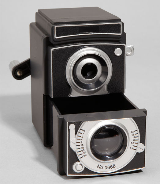 Vintage_camera_pencil_sharpener_2-sixhundred