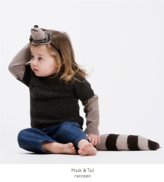 Oeuf_mask_and_tail_set_raccoon_on_little_girl-sixhundred